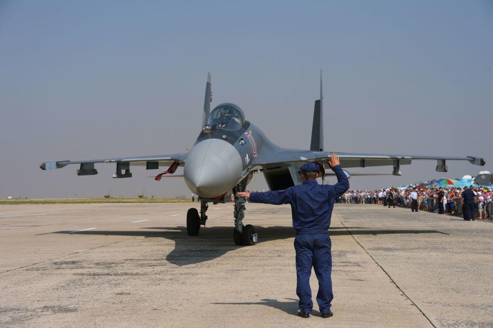 Samolot myśliwski Su-35 przed występem w Lipiecku