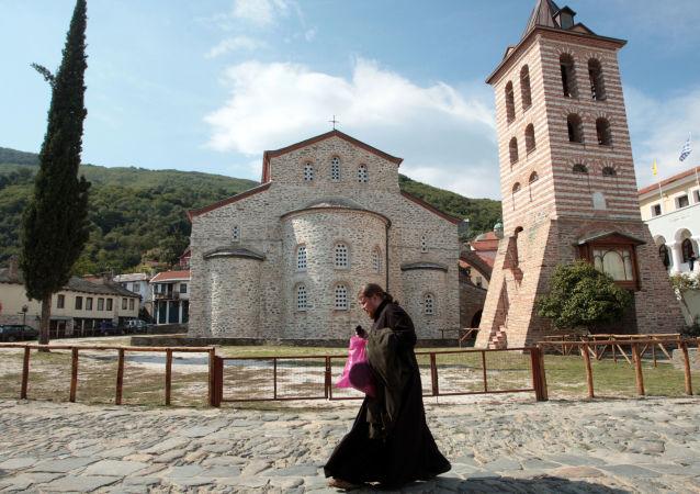 Mnich mijający cerkiew na górze Athos