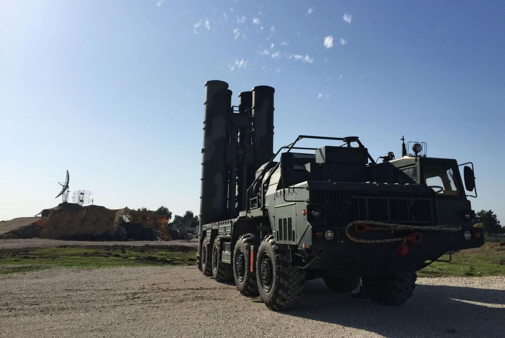System rakietowy S-400 w rosyjskiej bazie lotniczej Hmelmin. Sprowadzono go do bazy, by zwiększyć bezpieczeństwo rosyjskich sił powietrznych w Syrii.