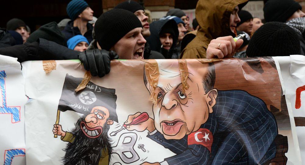 Uczestnicy akcji protestacyjnej przeciwko działaniom tureckich Sił Powietrznych przy budynku ambasady Turcji w Moskwie