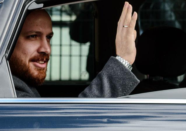 Syn tureckiego prezydenta  Bilal Erdogan w samochodzie