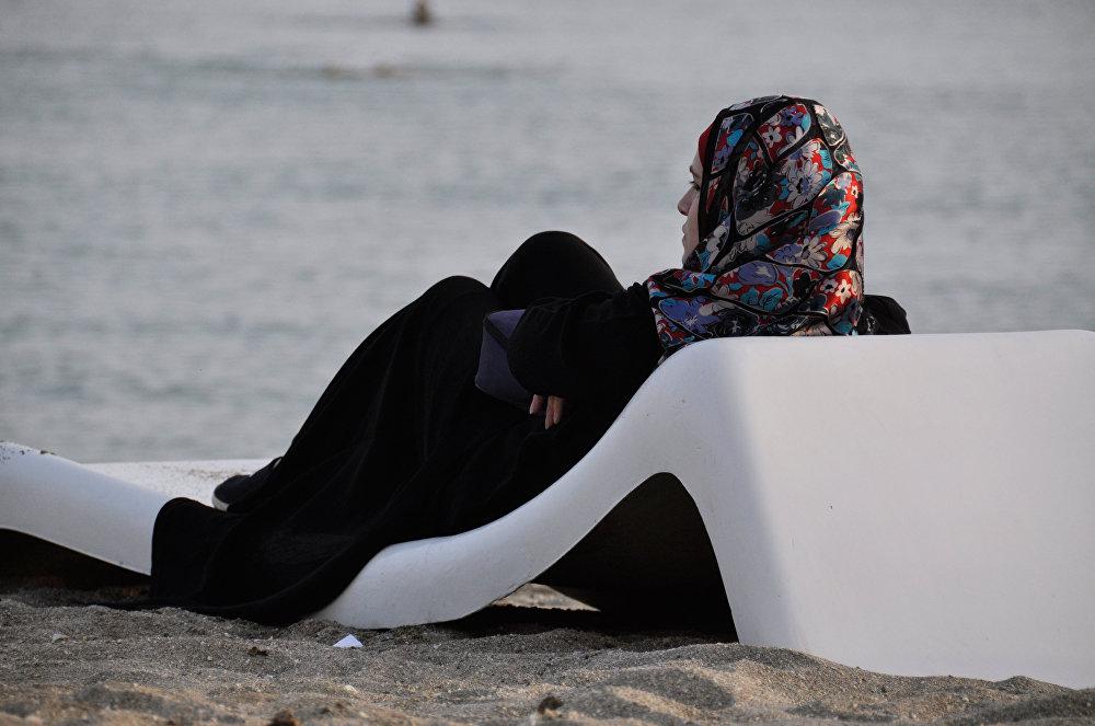 Mieszkanka Latakii odpoczywa nad morzem