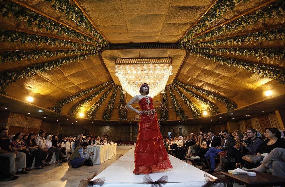Syryjska modelka podczas konkursu projektantów mody w Damaszku. 6 października 2009r.
