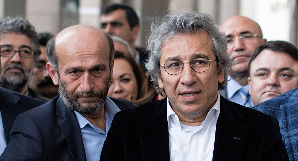 """Redaktor naczelny """"Cumhuriyet"""" Can Dundara i szef oddziału gazety w Ankarze Erdam Gul"""