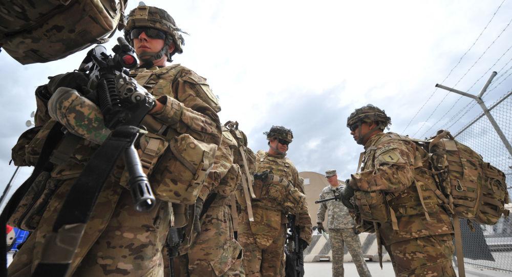 Żołnierze amerykańskiej armii przed wejściem na pokład samolotu wojskowego