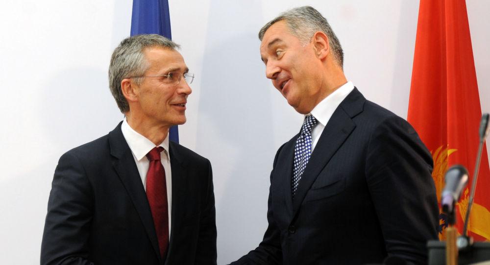 Premier Czarnogóry Milo Djukanovic i sekretarz generalny NATO Jens Stoltenberg w Podgoricy