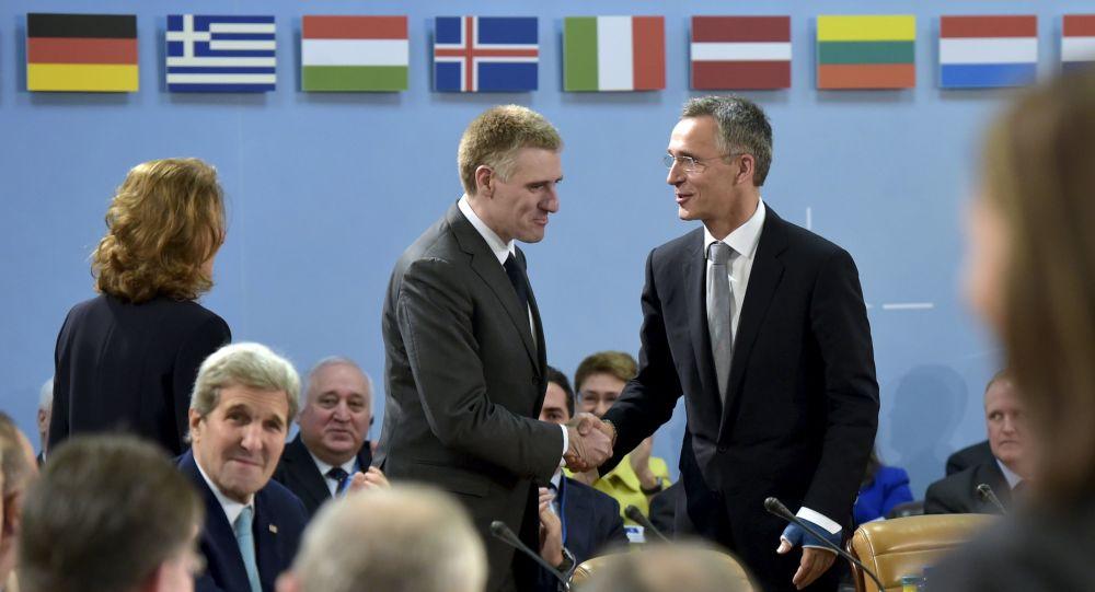 Minister spraw zagranicznych Czarnogóry Igor Luksic i sekretarz generalny NATO Jens Stoltenberg na spotkaniu w siedzibie NATO w Brukseli