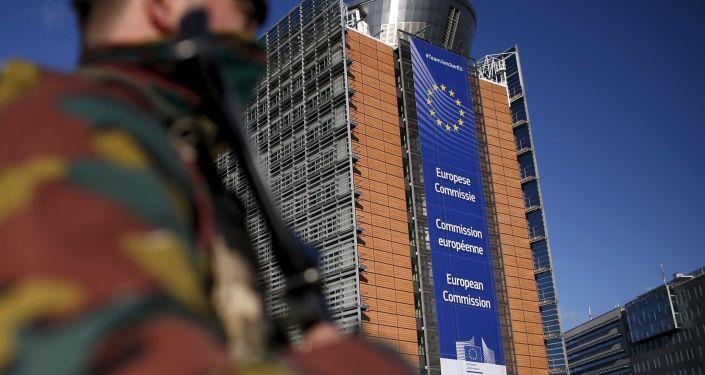 Belgijski wojskowy w pobliżu siedziby Komisji Europejskiej w Brukseli