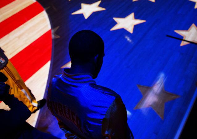 Człowiek na tle flagi Stanów Zjednoczonych