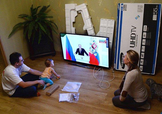 Rodzina z Władywostoku ogląda transmisję orędzia prezydenta Rosji Władimira Putina do Zgromadzenia Federalnego