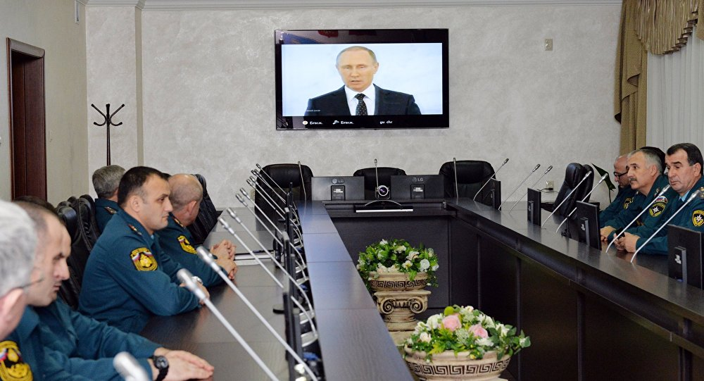 Współpracownicy Ministerstwa Spraw Nadzwyczajnych oglądają transmisję orędzia prezydenta Rosji Władimira Putina do Zgromadzenia Federalnego