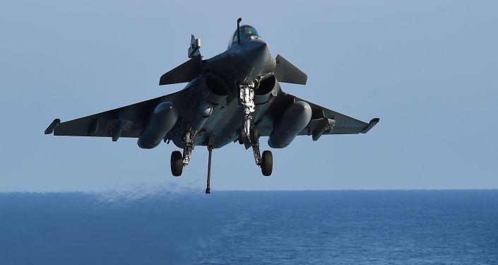 Francuski wielozadaniowy myśliwiec Rafale na Morzu Śródziemnym