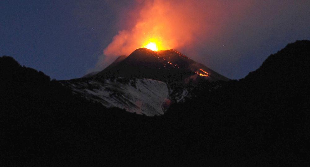 Erupcja wulkanu Etna we Włoszech