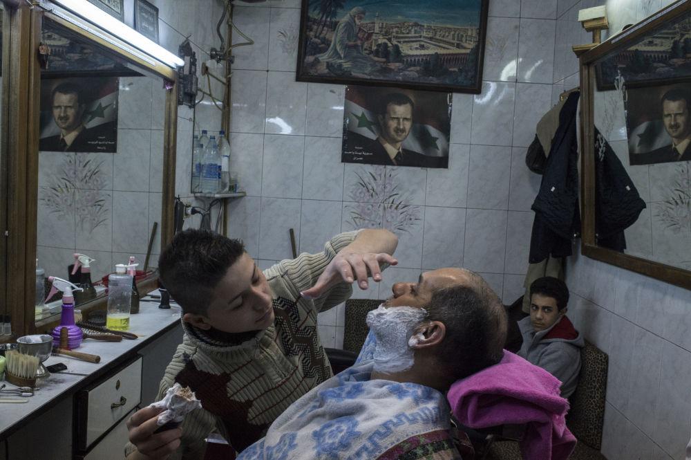 Fryzjer z klientem salonie fryzjerskim w Damaszku