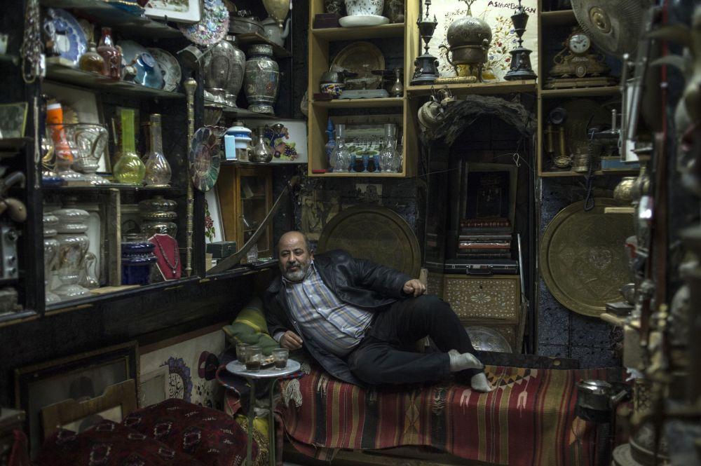Sprzedawca w swoim sklepiku w Damaszku