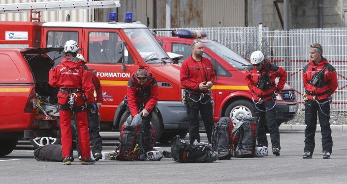 Strażacy przygotowują się do odjazdu na miejsce katastrofy А320