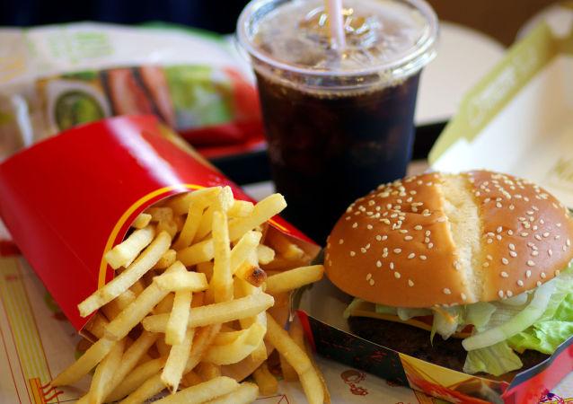 Frytki, hamburger i coca-cola w Macdonalds