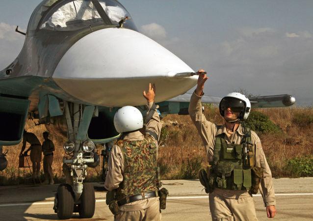 Rosyjski pilot opuszcza samolot w Syrii
