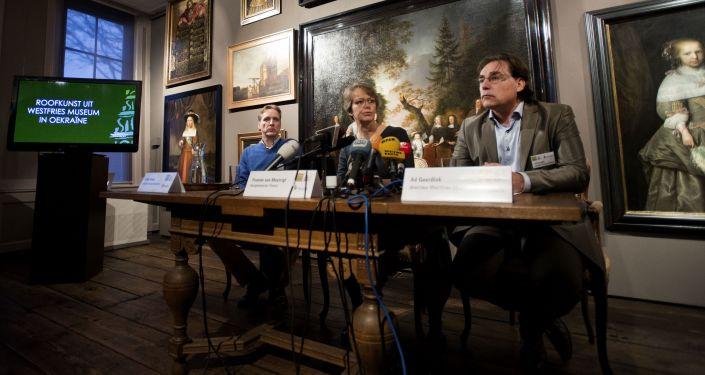 Holenderski historyk sztuki i detektyw w sferze sztuki Athur Brand, mer miasta Horn Yvonne van Mastrigt i dyrektor muzeum Westfries Museum Ad Geerdink na konferencji prasowej w mieście Horn zwołanej w związku z kradzieżą obrazów przez Ukrainę