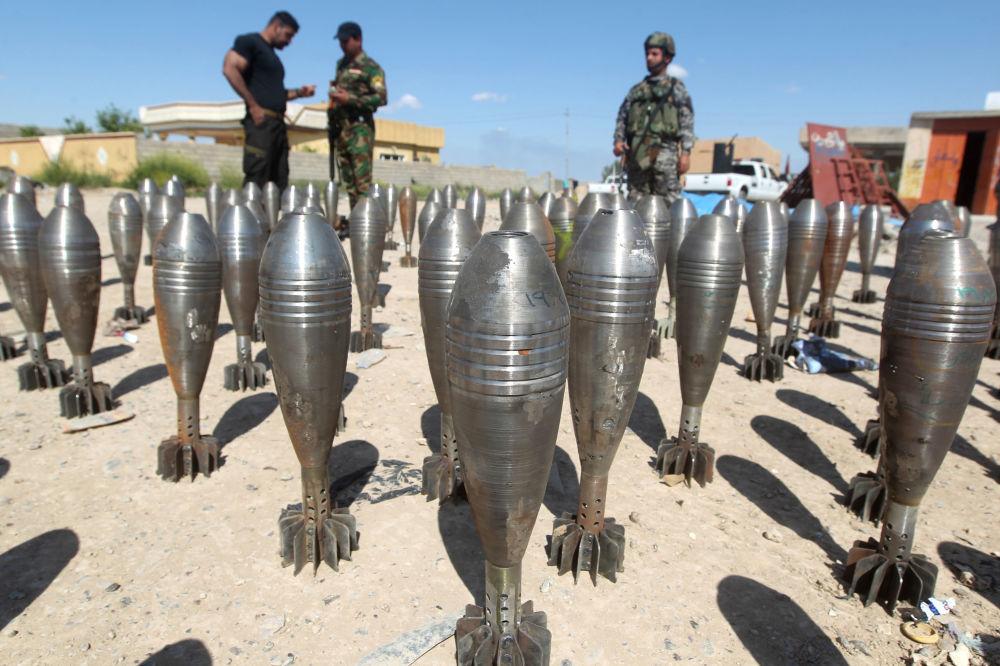 Iracja policja ogląda amunicję bojowników Daesh w Tikricie