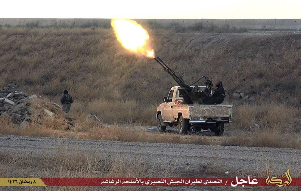 Bojownik Daesh kieruje ogień na syryjski samolot wojskowy w pobliżu miasta Hassakeh w Syrii
