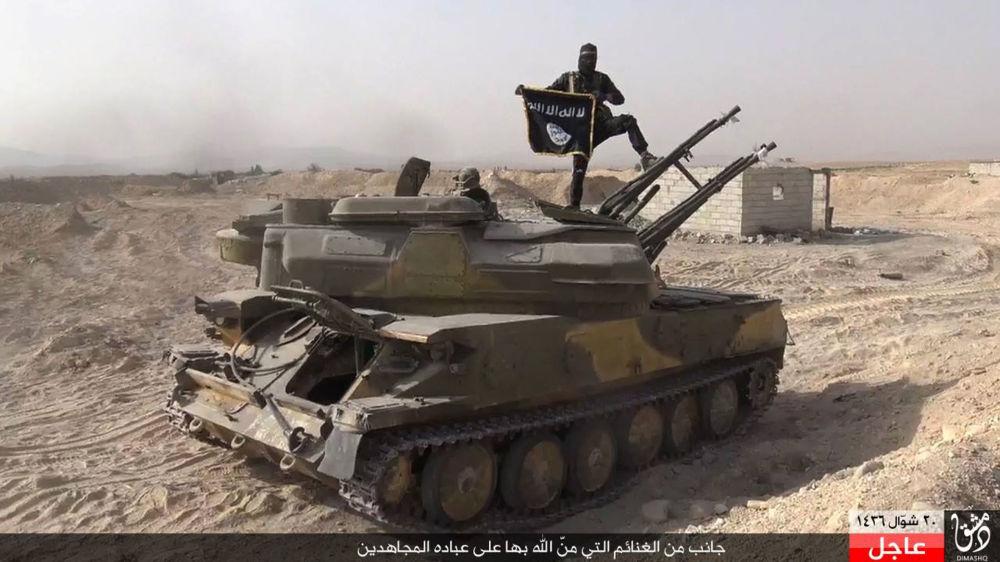 Bojownik Daesh na zdobytym czołgu syryjskiej armii