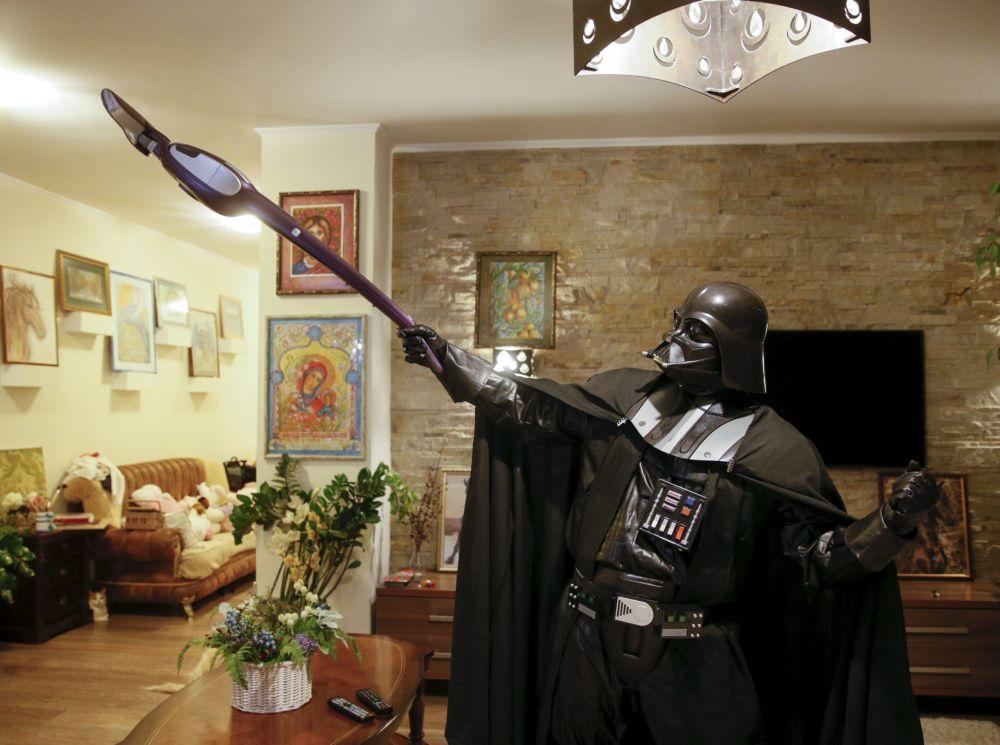 Odeski Darth Vader dba o czystość swojego domu.