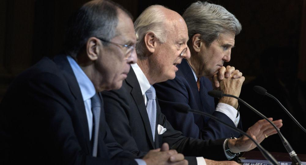 Szef MSZ Rosji Siergiej Ławrow, specjalny wysłannik ONZ ds. Syrii Staffan de Mistura i sekretarz stanu USA John Kerry w Wiedniu