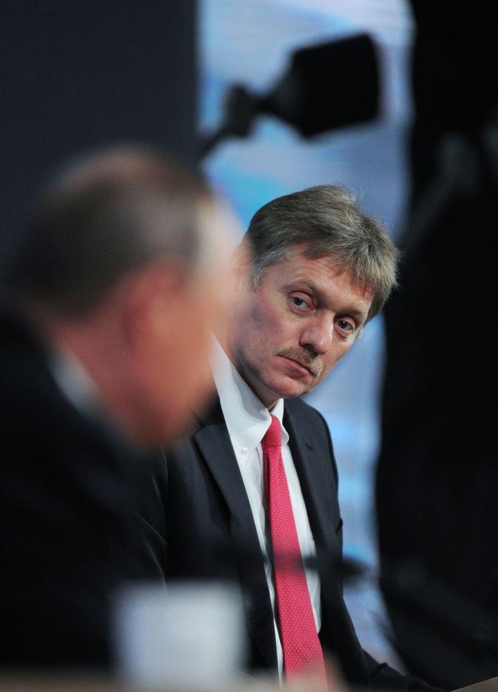 Rzecznik prasowy FR Dmitrij Pieskow na jedenastej corocznej konferencji prasowej prezydenta Rosji Władimira Putina. 17 grudnia 2015