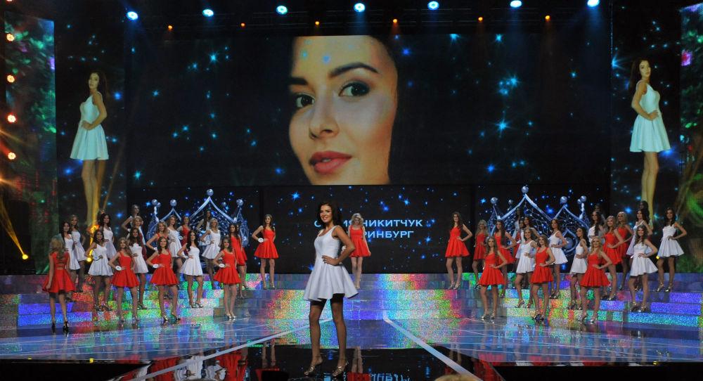 Miss Rosja-2015 Sofia Nikitczuk na scenie sali koncertowej Barvikha Concert Hall