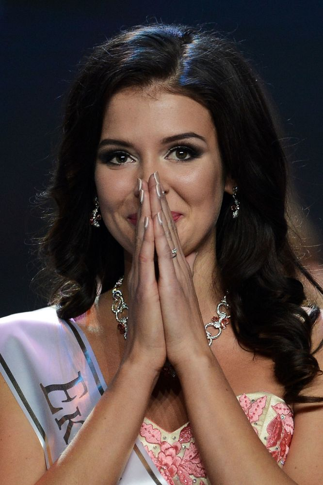 Finalistka narodowego konkursu Miss Rosja 2015 Sofia Nikitczuk na scenie sali koncertowej Barvikha Concert Hall