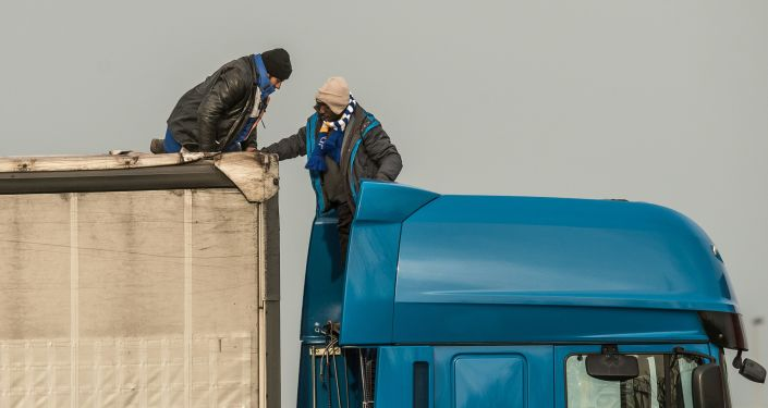 Imigranci próbują nielegalnie przedostać się z Calais do Wielkiej Brytanii