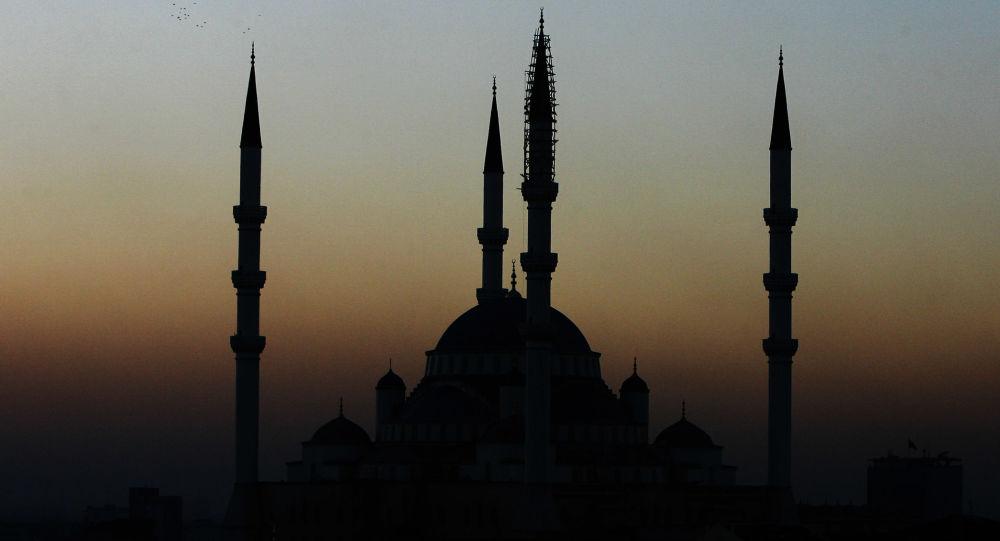 Widok meczetu Kocatepe w Ankarze o zmierzchu