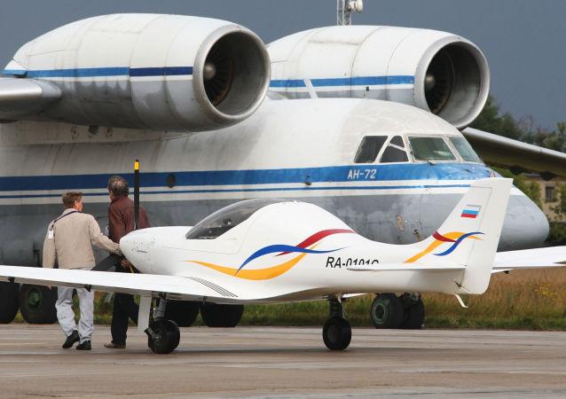 Samolot transportowy An-72 na Międzynarodowym Salonie Lotniczo-Kosmicznym MAKS 2009 w miejscowości Żukowski