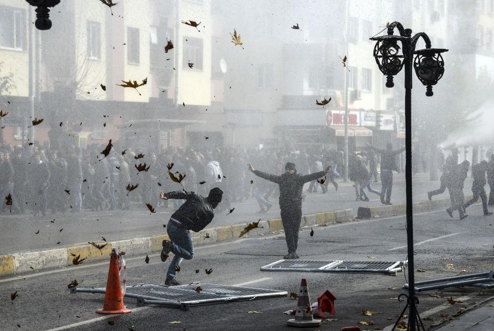 Starcia Kurdów i tureckiej policji w centrum tureckiego miasta Diyarbakir