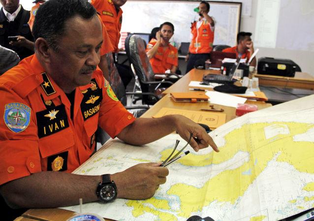 Pracownicy indonezyjskiej Narodowej Agencji Poszukiwań i Pomocy Basarnas
