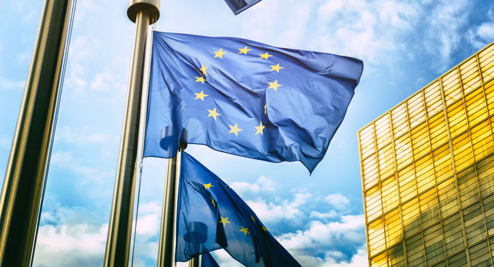 Flagi UE naprzeciwko budynku Komisji Europejskiej w Brukseli
