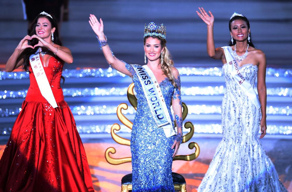 Rosjanka Sofia Nikitchuk, Hiszpanka Mireia Lalaguna Rozo oraz Indonezyjka Maria Harfanti podczas konkursu Miss World 2015 w Chinach.