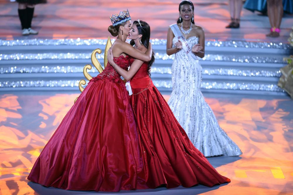 Była Miss World Jolene Strauss i Miss Russia Rosjanka Sofia Nikitchuk podczas konkursu Miss World 2015 w Chinach.