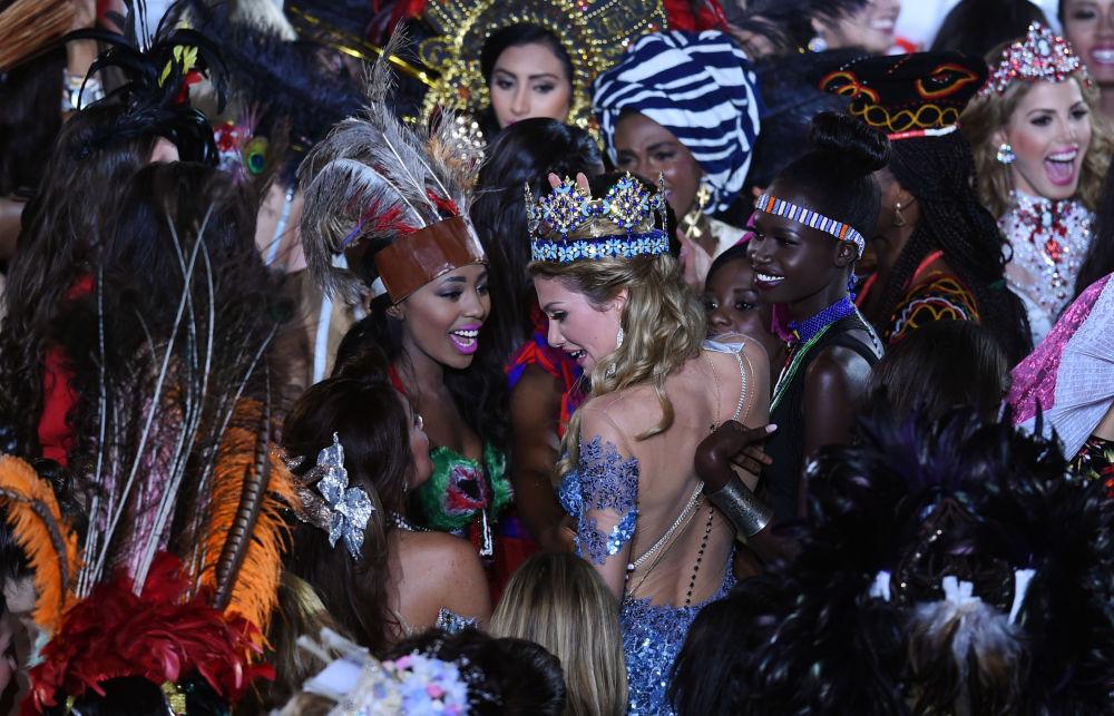 Miss World Mireia Lalaguna Rozo z Hiszpanii po ceremonii nagrodzenia.