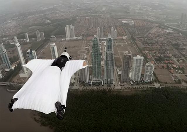 Włoska modelka Roberta Mancino odbyła lot w kombinezonie wingsuit