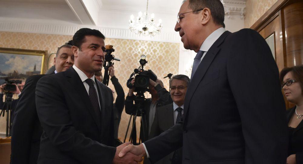 Współprzewodniczący Demokratycznej Partii Narodów (Halkların Demokratik Partisi - HDP) Selahattin Demirtaş i minister spraw zagranicznych Rosji Siergiej Ławrow na spotkaniu w Moskwie