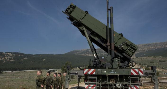 Niemieccy wojskowi obok zestawu rakietowego Patriot w Turcji