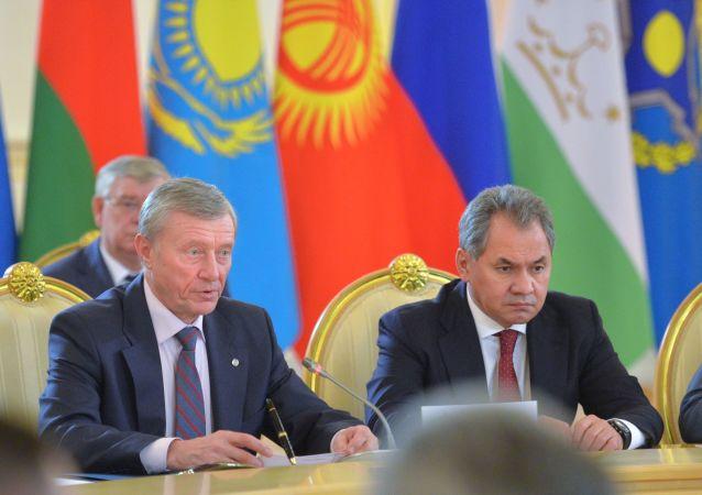 Sekretarz generalny OUBZ Nikołaj Bordiuża i minister obrony Rosji Siergiej Szojgu na Kremlu