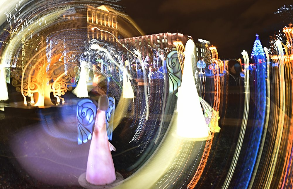 Dekoracje świąteczne z okazji nadchodzących Świąt Bożego Narodzenia i Nowego Roku w centrum Moskwy