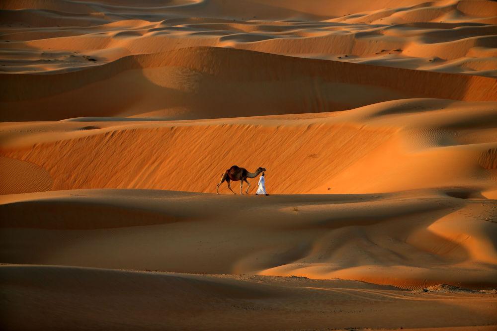 Człowiek i wielbłąd idą po pustyni