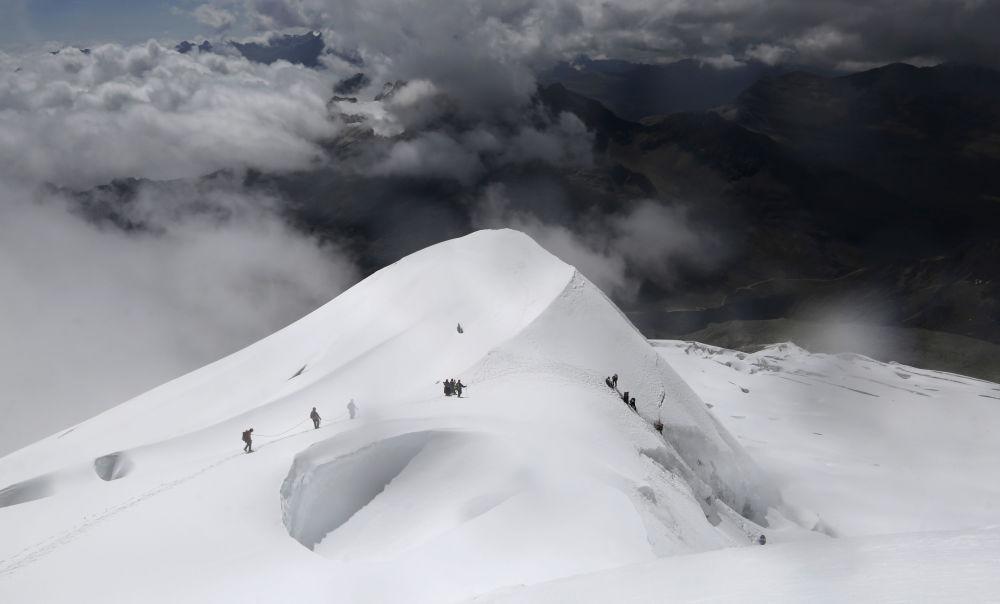 Kobiety schodzą z góry Huayna Potosi w Boliwii