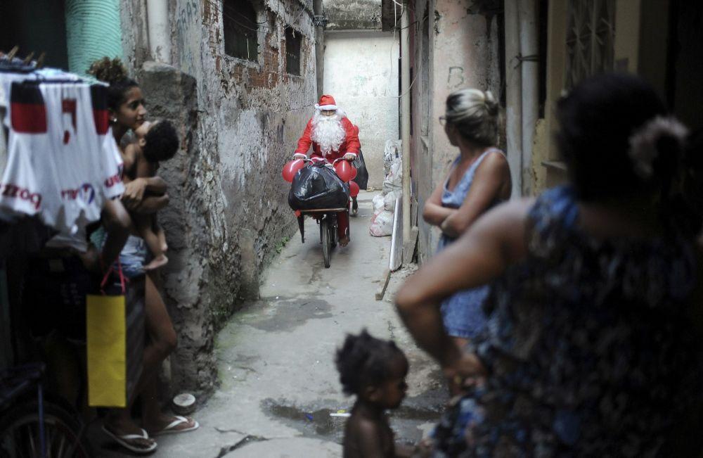Święty Mikołaj na rowerze w Rio de Janeiro