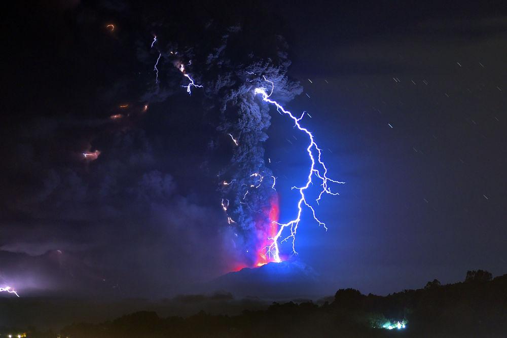 Błyskawice podczas emisji lawy z wulkanu Calbuco w Chile