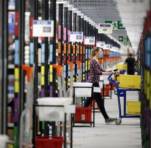 Pracownik firmy Amazon w punkcie wydawania towarów, Londyn